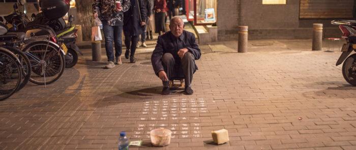 PLano general de hombre en una calle china durante el rodaje como Productora audiovisual de viajes