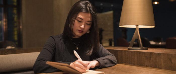 Primer plano de persona asiática en el rodaje como productora audiovisual de viajes