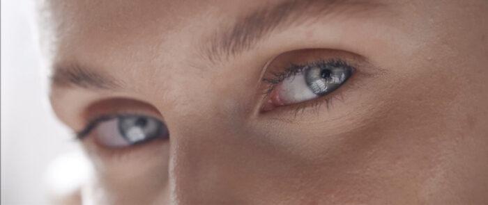 Plano detalle de ojos de una modelo en la campaña 'forever love' de Fernando claro - productora audiovisual moda