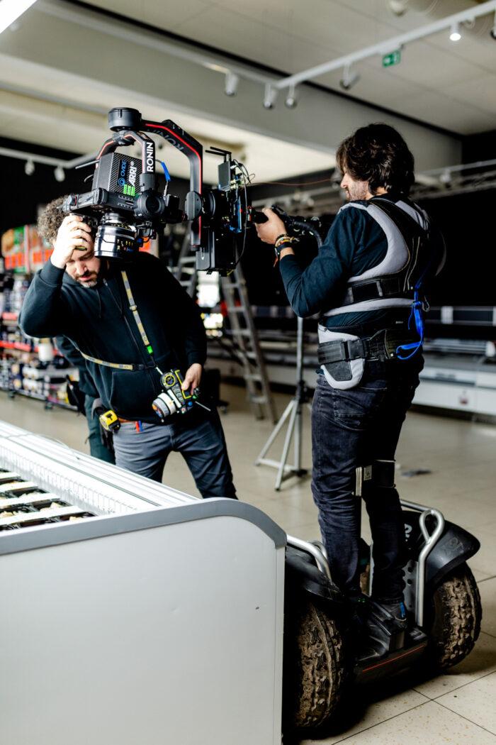 Operario de cámara durante el rodaje del spot de Lidl como productora audiovisual alimentacion