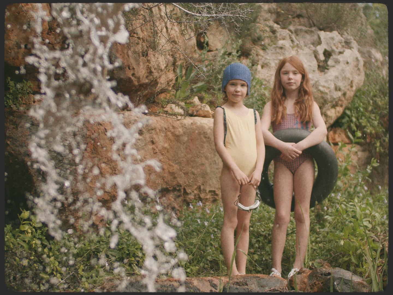 Dos niñas modelo con bañador en el anuncio de Bonnet à Pompon rodado como productora audiovisual moda infantil