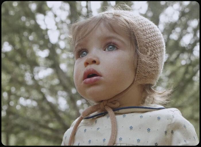 Primer plano modelo infantil durante shooting moda infantil
