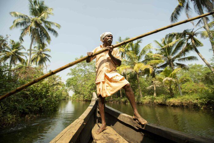 paisaje palmeras y río navegable fotografía de viajes