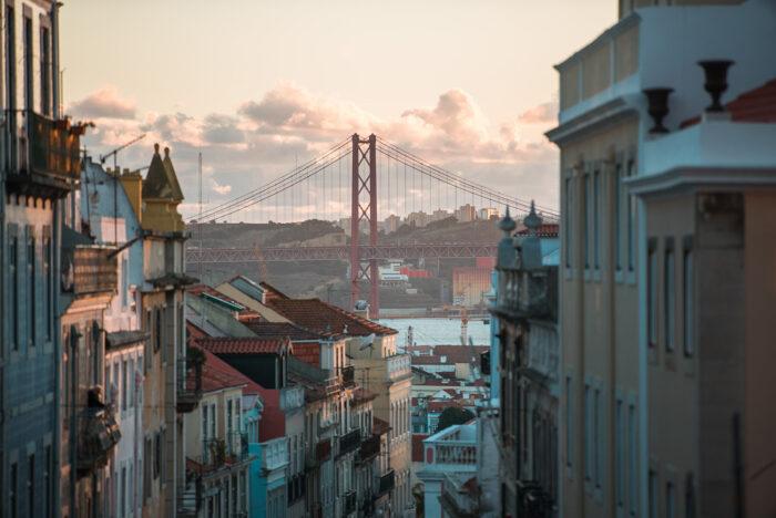 Lisboa con puente 25 de abril como fotografía de viajes