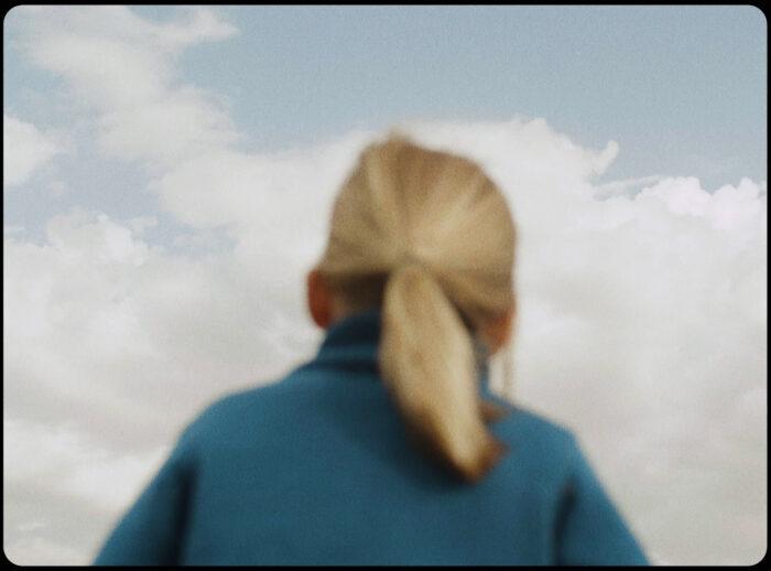Niña modelo de espaldas - productora audiovisual moda infantil - Bonnet à Pompon