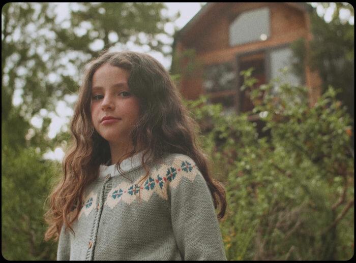 NIña con ropa de Bonnet a Pompom, en el anuncio hecho por la productora audiovisual moda infantil